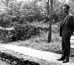 Jean-Louis Barrault se recueillant sur la tombe de Paul Claudel à Brangues