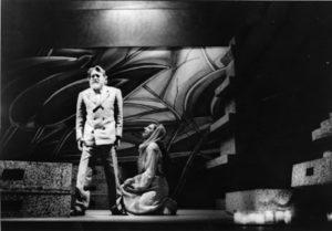 Acte II, Mesa debout et Ysé à genoux, copyright Maria Mulas