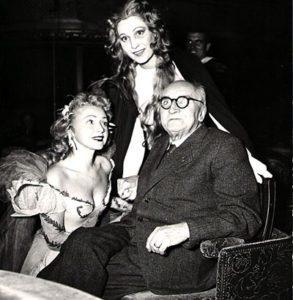 Paul Claudel et deux comédiennes du Soulier de Satin, Mony Dalmès et Claude Nollier, 1949